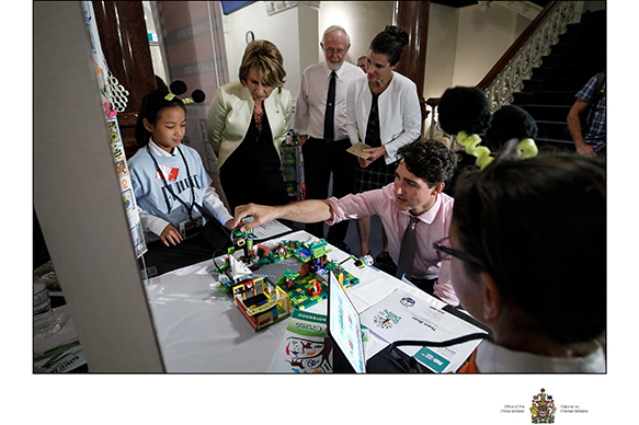 Catherine Ji, Robotique FIRST – Ligue junior LEGO FIRST du Québec : Équipe de la Ligue junior LEGO FIRST, Mona Nemer, conseillère scientifique en chef, Arthur B. McDonald, lauréat d'un prix Nobel, l'honorable Kirsty Duncan, ministre des Sciences, le très honorable Justin Trudeau, premier ministre du Canada et Priya Kennedy, Robotique FIRST – Ligue junior LEGO FIRST du Québec : Équipe de la Ligue junior LEGO FIRST