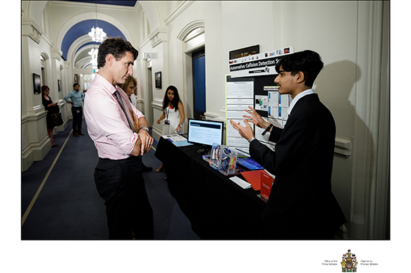 Le très honorable Justin Trudeau, premier ministre du Canada et Om Agarwal, Expo-sciences pancanadienne