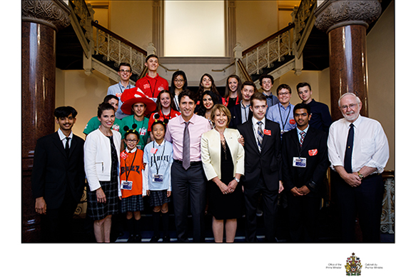 Première rangée, de gauche à droite : Om Agarwal, Expo-sciences pancanadienne, L'honorable Kirsty Duncan, ministre des Sciences, Priya Kennedy and Catherine Ji, Robotique FIRST – Ligue junior LEGO FIRST du Québec : Équipe de la Ligue junior LEGO FIRST, Le très honorable Justin Trudeau, premier ministre du Canada, Mona Nemer, conseillère scientifique en chef, Dennis Krasnov, Dhvani Patel, Expo-sciences pancanadienne et Arthur B. McDonald, lauréat d'un prix Nobel. Deuxième rangée, de gauche à droite : Trent Rossos et Alexander Alexiev, Robotique FIRST – Équipe de la Ligue LEGO FIRST, Kate O'Melia, Robotique FIRST – Équipe 1114 de FRC, Victoria Chouinard, Super Expo-sciences Hydro-Québec, finale québécoise (Réseau Technoscience), Jérémie Blais, Xavier Chouinard et Thierry Lamoureux, Défi génie inventif ÉTS, finale québécoise (Réseau Technoscience). Troisième rangée, de gauche à droite : Grant Mansiere, Expo-sciences pancanadienne, Evan Bernat, Robotique FIRST – Équipe 1114 de FRC, Kayley Ting, Expo-sciences pancanadienne, Phyllis Lesnikov, Expo-sciences pancanadienne, Neleah Lavoie, Expo-sciences pancanadienne et William Turcotte, Défi génie inventif ÉTS, finale québécoise (Réseau Technoscience)