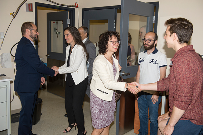 The Honourable Kirsty Duncan, Minister of Science and Sport and Enikö Megyeri-Lawless, Director, Research Grants, Engineering and Life Sciences, NSERC are greeted by Professor Michel Pioro-Ladrière, Deputy Director of the Institut quantique, Université de Sherbrooke, and students